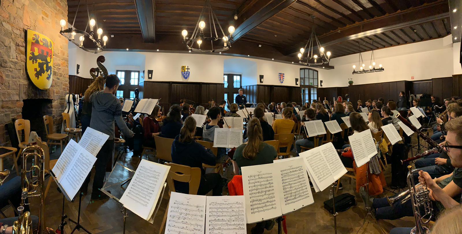 Das Uniorchester Bonn – Camerata musicale in großer Besetzung im Rittersaal auf Burg Blankenheim